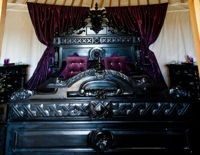 Dark Decor: Stunning Gothic Bedroom. Bfe17c6114deba0f1e7c6d10c728a8d4